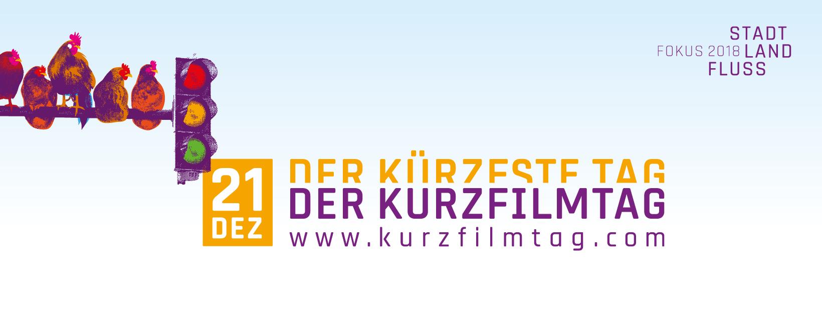 Plakat DER KURZFILMTAG: Auf einem hellblauen Hintergrund ist eine lilafarbene Ampel zu sehen. Auf der Stange, an der sie befestigt ist, sitzen fünf Hühner in unterschiedlichen Positionen.